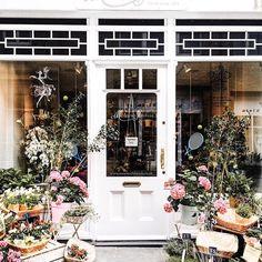 Moyses Stevens, London 📷@freckledlondoner such a pretty shopfront @moysesstevens #flowershop #sharingaworldofshops