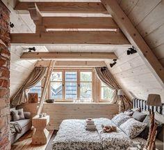 Sypialnia na poddaszu. Drewno