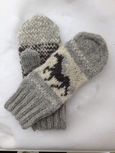 Ravelry: Icelandic Horse Mittens pattern by Sonja Lehto Crochet Pony, Crochet Mitts, Knitted Mittens Pattern, Knit Mittens, Knitted Gloves, Knitting Socks, Knitting Charts, Knitting Patterns, Crochet Patterns