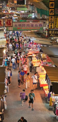Fa Yuen Street 花園街 is a retail street with shops and hawker stalls selling bargain-priced fashion and casual wear for men, women and children and they usually open between 10:30 and 22:30 daily.