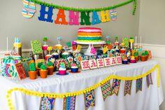 festa mexicana infantil com decoração colorida inspirada nas saias folclóricas mexicanas.