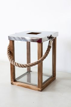 Kaarshouder met hout, metaal en touw.  Dit is een klein formaat. Er zijn verschillende maten. Bekijk deze op;  www.molitli.nl