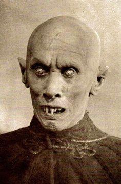 Nosferatu, a silent film from Germany in Max Schreck as Dracula still make. - Nosferatu, a silent film from Germany in Max Schreck as Dracula still makes most later vampir - Max Schreck, Retro Horror, Vintage Horror, Arte Horror, Horror Art, Scary Movies, Horror Movies, Vampire Look, Scary Vampire