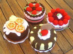 Tartas de crochet - wouldn't these little beauties look great in the nest! Crochet Cake, Crochet Amigurumi, Crochet Food, Love Crochet, Crochet For Kids, Amigurumi Patterns, Crochet Crafts, Yarn Crafts, Crochet Flowers