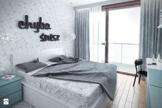 Szarość ocieplona drewnem - Średnia sypialnia małżeńska z balkonem / tarasem - zdjęcie od HOME & STYLE
