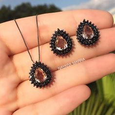 Conjunto de colar e brinco banhados à ródio negro  Pedrarias: Zircônias cravejadas na cor negra e caramelo Cor: negro e caramelo Tamanho: Semijoia Cod.: 2607