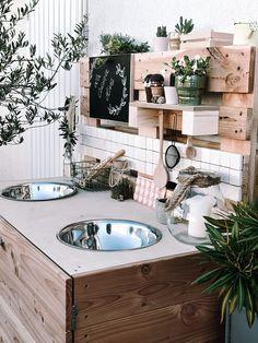 Diese Outdoorküche sieht richtig cool aus oder? Sie befindet sich auf dem Balkon von Fraeulein_t und wurde aus Paletten gebaut. Richtig tolle Idee! 😊 #outdoorküche #balkon #balkondiy #palettenmöbel #palettendiy #COUCHstyle Mud Kitchen, Corner Bathtub, Paper Flowers, Outdoor Living, Bathroom, Home, Kitchens, Makeup, Kids