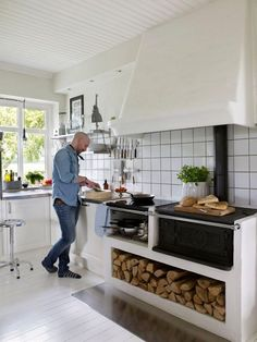 Дом в Швеции - Home and Garden Kitchen Interior, New Kitchen, Interior Design Living Room, Kitchen Dining, Kitchen Decor, Parrilla Interior, Wood Stove Cooking, Beautiful Kitchens, Home Kitchens