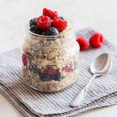 Einfach, gesund und verdammt lecker - das Frühstück aus den 3 Grundzutaten Haferflocken, Chia-Samen sowie Milch steckt voller wichtiger Nährstoffe.