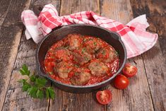 A very easy recipe for healthy meatballs in a delicious tomato and basil sauce. The whole family will love this high protein, quick dinner recipe! Ground Beef Recipes For Dinner, Dinner Recipes Easy Quick, Healthy Dinner Recipes, Cooking Recipes, Summer Recipes, Healthy Food, Easy Meatball Sauce, Meatball Recipes, Healthy Meatballs