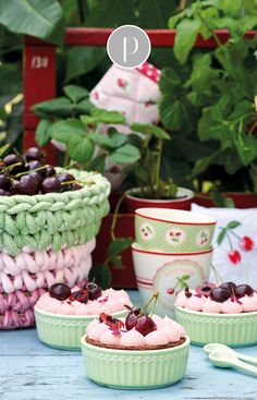 tisch sommer Attention all GreenGate fans: In our shop you will find the new GreenGate spring / summer 2019 collection. From floral prints to plain-colored designs, there is something for everyone! Shabby Cottage, Cottage Style, Rainbow Kitchen, Kids Collection, Raspberry, Strawberry, Textiles, Cherry On Top, Tin Boxes