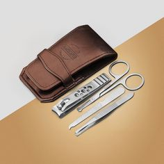 Viisiosainen kynsisarjamme on suunniteltu käsittelemään vaativimpia miesten kynsienhoitoa. Jokainen kappale on valmistettu erittäin kestävästä, karkaistu ruostumattomasta teräksestä. Korroosionkestävä, kestävä muotoilu. Tämä kattava kynsisarja, joka toimitetaan matkalaukkun kanssa, antaa kädellesi hienostuneen ja hygieenisen ilmeen. Suosittelemme säännöllistä kynsienhoitoa osana henkilökohtaista hoitoasi. Mens Nails, Mens Hairstyles Fade, Amber Lancaster, Nail Treatment, Blue Nails, Winter Nails, Nail Care, Nail Designs, Wallet