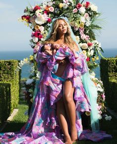 Queen Beyonce has finally shown off her twin boy and girl Sir Carter and Rumi who turned one month old today.Such a beautiful photo Source: MissPetiteNigeria Beyonce shares first photo with her twins Sir Carter and Rumi Beyonce 2013, Beyonce E Jay Z, Beyonce Twin, Beyonce Knowles, Beyonce Pregnant, Beyonce Family, Beyonce Photos, Beauty, Vestidos