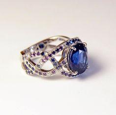 Bague or blanc centre saphir , pavage diamants, saphirs bleus et violets