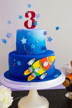 Bolo de pasta americana para festa com tema Espacial! Com detalhes em estrelas e aeronave de pasta americana. Foto: Emerlin Photography