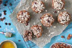 Weer eens wat anders dan de standaard yoghurt met granola als ontbijt: granola muffins! Met dit gezonde baksel met havermout, pecannoten en rozijnen(en nog veel meer lekkers) heb je gegarandeerd een goede start van de dag. No Dairy Recipes, Bread Recipes, No Sugar Challenge, Healthy Snacks, Healthy Recipes, Cake & Co, Superfood, Granola, Love Food