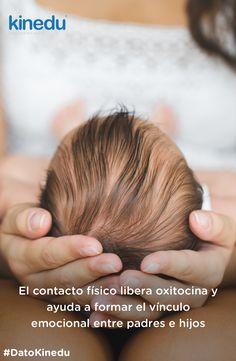 El contacto físico libera oxitocina y ayuda a formar el vínculo emocional entre padres e hijos.