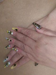 Uñas de gel con punta esqueleto y decoración a mano alzada con pedrería