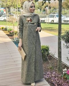 Today, Nurşen Aydın from day to day for the details and think that you spend the winter with a cap such as nobleness in the detail you love fainted ? Hijab Style Dress, Casual Hijab Outfit, Hijab Chic, Abaya Fashion, Modest Fashion, Fashion Dresses, Muslim Women Fashion, Islamic Fashion, Modele Hijab