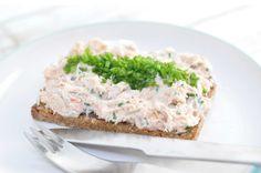 En lynhurtig og cremet laksesalat af varmrøget laks, skyr, mayo og purløg. Den er lavet på 5 min og er lækker i sandwich, på rugbrød eller til en grøn salat