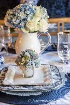 Hydrangea-inspired Blue and White Tablescape If you re looking for Easter dinner or spring table ideas this blue and white table setting has a hydrangea centerpiece that is perfect for the occasion The blue and white place setting is really pretty too White Table Settings, Beautiful Table Settings, Place Settings, Setting Table, Deco Buffet, Deco Table, Dresser La Table, Hydrangea Arrangements, Hydrangea Centerpieces