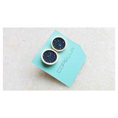 Tudo azul  Brinco chapinha swarovski blue [Compre via contatos no Perfil] #copellaacessorios #swarovski #azul #brinco #prata