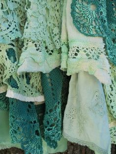 I love this idea— layering linens with crocheted lace and crocheted edgings~❥