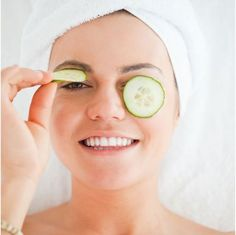 When you don't get enough sleep, your body shows it. Those pesky dark circles appear under your eyes and create additional concealing challenges for your morning makeup routine. Here are 14 fixes, from natural remedies to store-bought products. Beauty Secrets, Beauty Hacks, Beauty Tips, Diy Beauty, Face Beauty, Beauty Bar, Dark Circle Remedies, Morning Makeup, Under Eye Bags