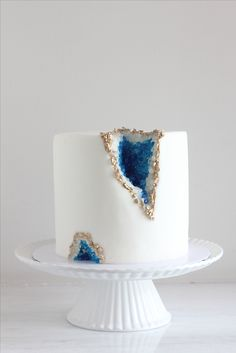A design thats sure to dazzle! Your choice of cake flavor is covered in fondant then decorated with blue OR pink rock candy to look like gem stones. A border of painted gold geode style rock wedding cake - could be layered Pretty Cakes, Cute Cakes, Beautiful Cakes, Amazing Cakes, Amazing Birthday Cakes, Fancy Birthday Cakes, 30th Birthday, Bolo Geode, Geode Cake