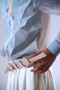 Yung Wong Collection - Suprematism Of Architecture – Spring Summer 2014 Origami Fashion, 3d Fashion, Fashion Details, Look Fashion, Fashion Trends, Dress Fashion, Paper Fashion, Fashion Spring, Fashion Outfits