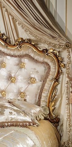 The classic double bed Baroque comes from the great experience of craftsmanship of the carving and is the protagonist of a classic bedroom , elegant and exclusive, rich of carvings and inlays