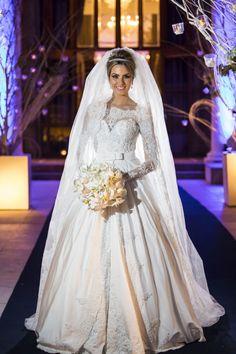 Vestido deslumbrante de mangas longas para casamentos no inverno.