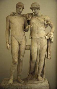 OLESTRE ET ELECTRE/ copie de l'école de PASITELES / tête de style sévère et corps du 3ème s AC/ on a pris une statue existante et on a fait un groupe en rajoutant une statue sur un promontoire pour avoir la même taille