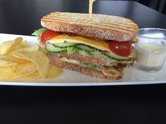 Clubsandwich met citroenmayonaise Een clubsandwich, zoals hij hoort te zijn. Met knapperige broodjes en een heerlijk smeuïge binnenkant. Het zuurtje van de citroenmayonaise gaat goed samen met de kip&bacon. Beetje sla, komkommer en een cherrytomaatje maken dit broodje helemaal af. Een heerlijke lunch die goed vult!