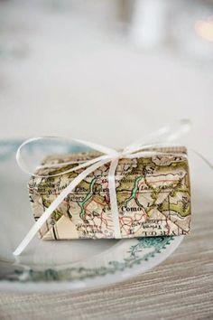 Ecco come impacchettare l regalo per l'amica che ama viaggiare...un'idea cool che vi permette di riutilizzare le vecchie cartine stradali o atlanti inutilizzati! - #natale #regali #travel #diy #present #gift #viaggio