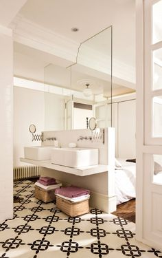 Small or Studio Apartment? Make it appear larger by replacing part of the wall… Studio Apartments, Small Apartments, Small Spaces, Open Bathroom, Master Bathroom, Bad Inspiration, Bathroom Inspiration, Bathroom Ideas, Ideas Baños