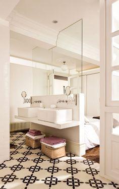 Small or Studio Apartment? Make it appear larger by replacing part of the wall with glass. Add pocket doors for privacy.  Tabiques multifunción Si cubres la parte alta con cristal aislarás un poco más el dormitorio. Un tabique como este, de ladrillo macizo, ronda los 40 €/m2. Lavamanos, de Roca. Espejos, de Ikea. Complementos, de Zara Home.  #Spain  http://www.elmueble.com/articulo/escuela_deco/5640/ideas_para_pisos_pequenos.html#gallery-4