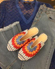 Look monocromático para o verão! Top azul com textura + jeans azul lavagem clara + flat bordada! Tudo Mixed (@mixed_brazil)