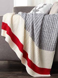 Exclusivité Simons Maison     La célèbre rayure accent et la maille côtelée graphique qui rappellent les fameuses chaussettes de laine pour une touche déco hivernale originale !    Douce fibre d'acrylique tricotée d'une belle lourdeur enveloppante   Coussin coordonné également disponible   130x150 cm