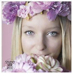 Et pourquoi pas essayer un shooting photo avec des fleurs dans notre studio du 94 ? #seancephoto #valdemarne #shooting Photo Book, Flower Power, Photo Portrait, Shooting Photo, Studio, Style Inspiration, Styles, Photos, Pink