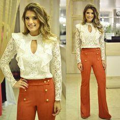 """""""Blusa de renda + calça de suede @docemaria_oficial para loja @closetdamay Preciso falar que essa blusa foi minha favorita?  E a calça também, caimento…"""""""