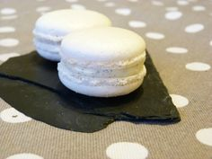 Recipe – Quick Vanilla Macaroons – Rated / 5 by Internet users Ganache Torte, Ganache Macaron, Mini Desserts, Easy Desserts, Vanilla Recipes, Yogurt Recipes, Macaron Flavors, Biscuit Cookies, Vanilla