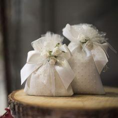 Bomboniere eleganti, con tulle pois e roselline. Per matrimoni classici e ricercati.