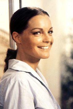 """In den 70er Jahren wurde Romy Schneider als Schönheit gefeiert. Die Mischung aus ihrem mädchenhaften, fragilen und gleichermaßen geheimnisvollen Look ist bis heute einzigartig. Ihre Augen betonte die Filmikone mit viel Wimperntusche, die den legendären Augenaufschlag perfekt in Szene setzten.Einen atemberaubenden Falsche-Wimpern-Effekt bekommt ihr mit der Mascara """"Bad Gal Lash"""" von Benefit (um 23 Euro) im Handumdrehen hin - sie verlängert und verdichtet die Wimpern.window.vn"""