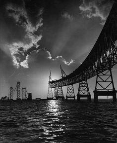 Hermosa fotografía del puente de la bahía de Chesapeake durante la construcción en marzo de 1952
