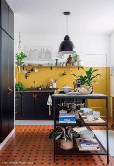 Cozinha reformada com parede mostarda em apê alugado tem piso cerâmico antigo ilha central de metal prateleira com temperos plantas e armários adesivados. Kitchen Interior, Interior And Exterior, Interior Design, Yellow Interior, Küchen Design, House Design, Design Ideas, Mustard Walls, Cuisines Design