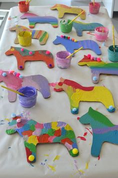 Cut Dala horse shapes from cardboard and let the kids paint and embellish - perfect party craft! Cut Dala horse shapes from cardboard and let the kids paint and embellish - perfect party craft! Art Party Foods, Art Party Activities, Art Party Cakes, Art Party Decorations, Activities For Kids, Party Games, Kids Crafts, Craft Projects, Arts And Crafts