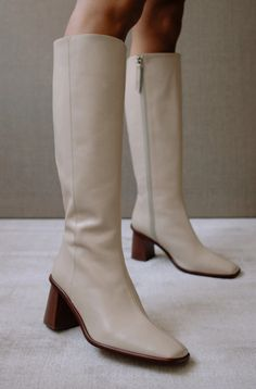 White Knee High Boots, White Boots, Knee Boots, White Leather Boots, Dr Shoes, Spring Sandals, Looks Vintage, Vogue, Block Heels