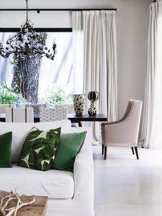 Una estancia moderna con el verde, el negro y el blanco como protagonistas. Aquí,  sillas con distintas tramas en crudo y negro (Casa Didot) y araña de hierro y cristal de la Rue de Stella.