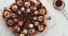 Hasselnötspaj med chokladfyllning